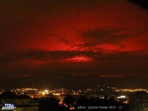 """Spettacolare il """"cielo rosso"""" creato dall' eruzione dell' Etna. Foto di Grazia Emme, youreporter.it"""