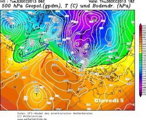 """Giovedi 5 Dicembre. L' anticiclone tenta di distendersi sui meridiani, masse d'aria gelida scendono dall' Artico verso l' Europa, ma una depressione atlantica rompe il blocco anticiclonico alla """"testa"""".  Fonte wetterzentrale.de"""